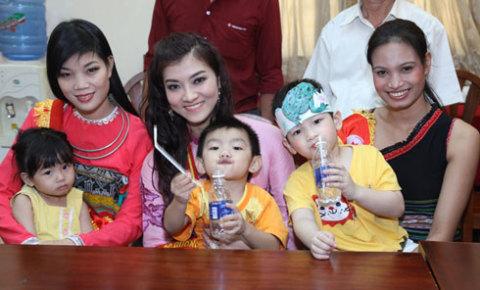 Những người đẹp của Hoa hậu các dân tộc Việt Nam thể hiện sự thân thiện và tấm lòng nhiệt thành với các hoạt động xã hội.