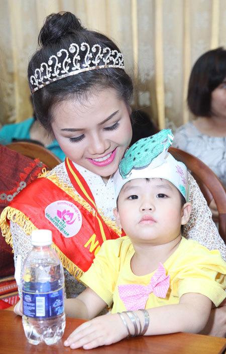 Người đẹp thân thiện Đặng Thị Thùy Dung âu yếm em nhỏ.
