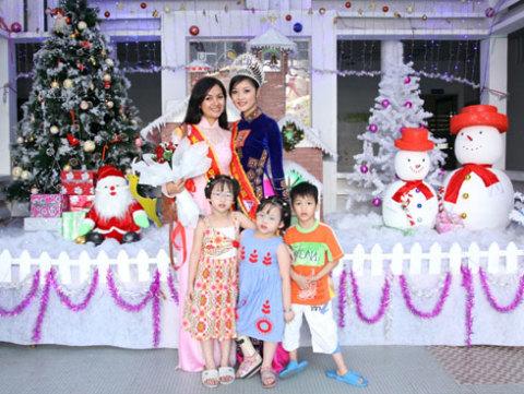 Hoa hậu Triệu Thị Hà và người đẹp Huỳnh Thị Ngọc Hân mong các em nhỏ có một Noel vui vẻ.