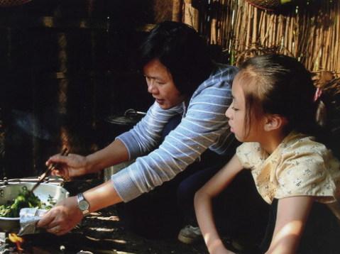 Đạo diễn Nhuệ Giang đang trao đổi với diễn viên nhí Hoài Linh trước một cảnh quay.
