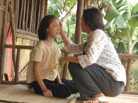Phùng Hoa Hoài Linh và Hồng Ánh trong một cảnh phim.