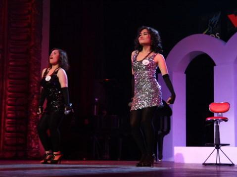Cả hai tự tin thể hiện tài năng trên sân khấu trong tiếng reo hò của đám đông khán giả.