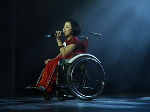 Cô chinh phục khán giả bằng giọng hát trong trẻo và sự tự tin.