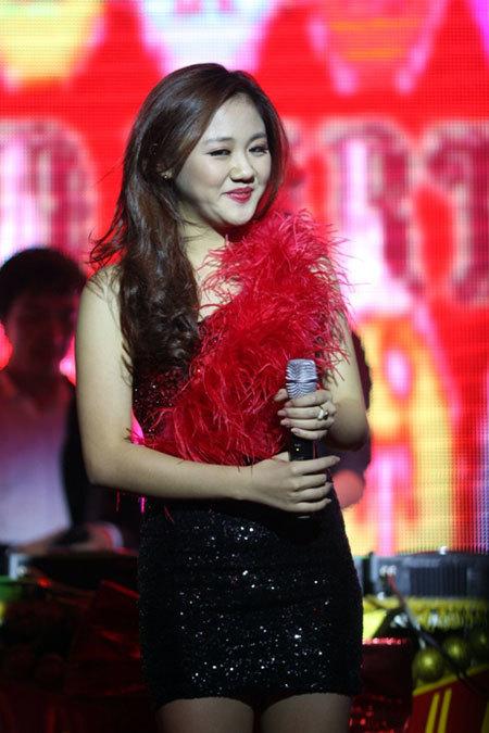 Trong khi đó, Văn Mai Hương với nét hồn nhiên xinh đẹp tuổi 17 xuất hiện đúng như một nàng công chúa Tuyết.