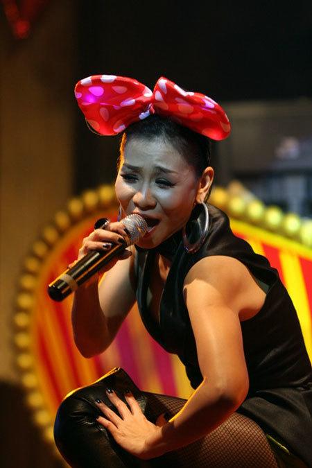 Ngược lại sự trong sáng của Văn Mai Hương, Thu Minh quá sexy trong hình ảnh miêu nữ.