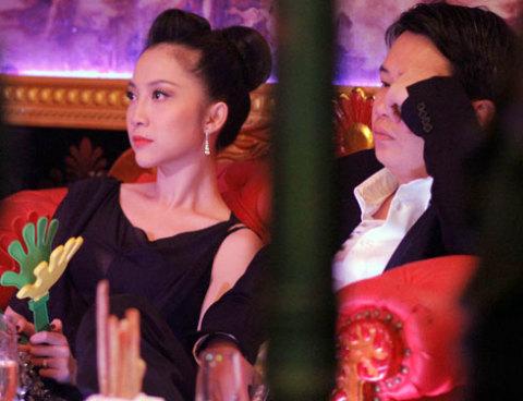 """Linh Nga cũng dành thời gian thư giãn cho buổi tối Noel với """"Red Party""""."""