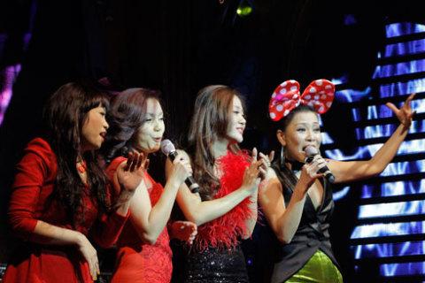 Xuất hiện với tư cách khách mời, Ngọc Khuê, Ngọc Anh cũng lên sân khấu hòa giọng cùng hai nữ ca sĩ chính bài ca Giáng sinh vui vẻ We wish you a merry christmas