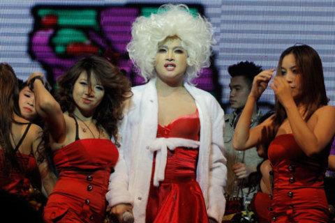 Phần make up và tóc của anh được làm bởi NTK David Minh Đức.