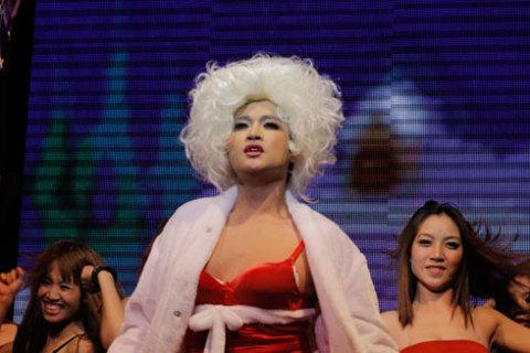 Vừa hát vừa nhảy Feliz Navida, Baby, Walking in the rain, Minh Quân để lộ cả phần độn ngực.