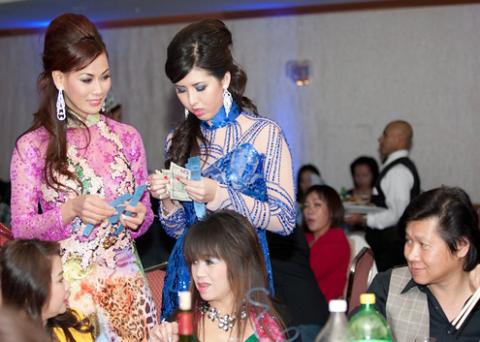 Các người đẹp mời khách tham dự mua vé bốc thăm trúng thưởng gây quỹ từ thiện.