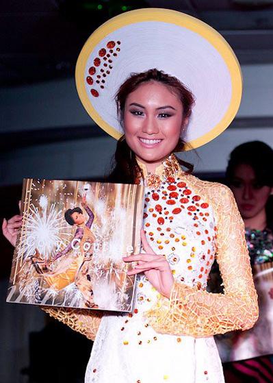 HH Châu Á tại Mỹ 2011 tiana Trần với tấm lịch do Cory quyên tặng chương trình bán gây quỹ