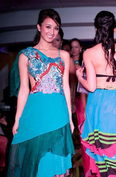 Các cô cùng thể hiện bộ trang phục dạ hội của nhà thiết kế Cory Couture.