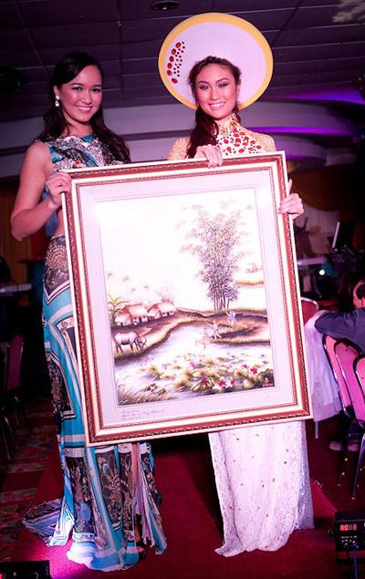 Thuy Vy và Tiana Trần trong phần đấu giá bức tranh thêu từ VN chuyển qua.