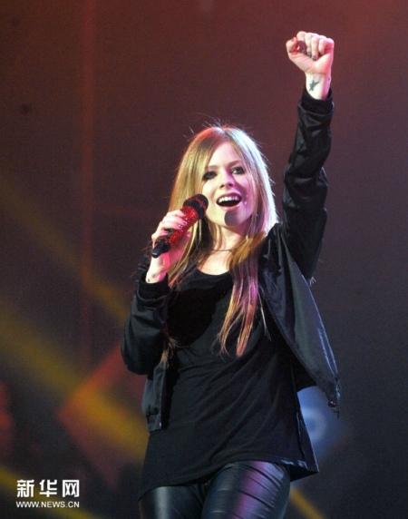 Tuy bị ốm nặng, nhưng Avril vẫn hát tặng khán giả Trung Quốc 4 ca khúc làm nên tên tuổi của mình: Girl Friend, Skater Boy, Complicated và I'm with you.