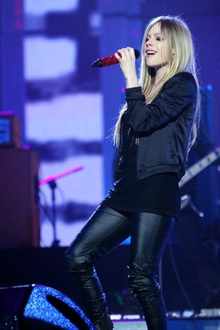 Theo Sina, đài truyền hình này đã phải mất thời gian một năm mới mời được ngôi sao sáng của làng nhạc quốc tế này. Tuy bị ốm nặng, nhưng Avril vẫn hát tặng khán giả Trung Quốc 4 ca khúc làm nên tên tuổi của mình: Girl Friend, Skater Boy, Complicated và I'm with you.