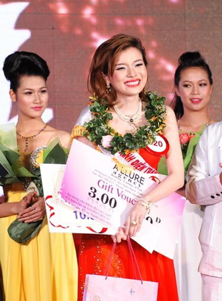 Thí sinh Cao Thái Hà nhận danh hiệu Trình diễn trang sức đẹp nhất.