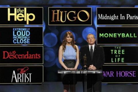 Diễn viên Jennifer Lawrence và chủ tịch Viện Hàn lâm Khoa học và Nghệ thuật điện ảnh Mỹ, Tom Sherak, công bố các đề cử giải