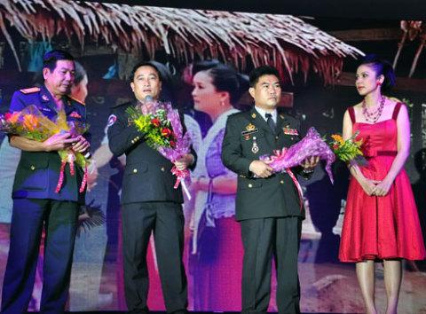 Việt Trinh và các tướng lĩnh Campuchia trong buổi họp báo phim