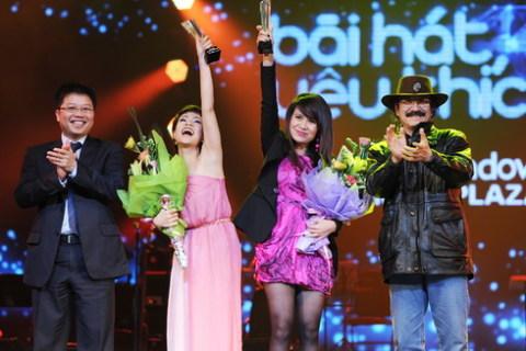 Uyên Linh và nhạc sĩ Lưu Thiên Hương nhận giải