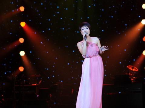 Uyên Linh biểu diễn
