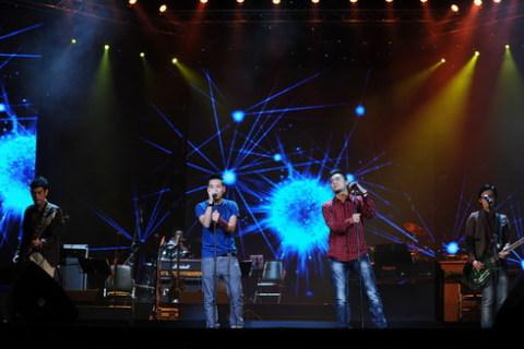 Nhóm i-Tễu biểu diễn ca khúc