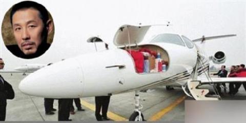 Siêu sao Trần Đạo Minh chịu chơi với máy bay trị giá 30 triệu nhân dân tệ (khoảng 4,7 triệu USD). Ảnh: People.