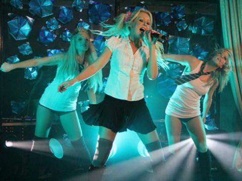 Jeni Jaye và 2 vũ công biểu diễn