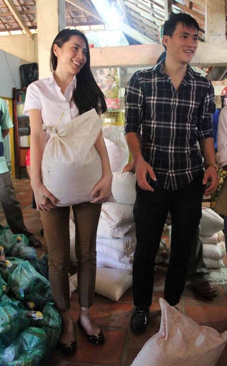 Cặp đôi hy vọng nụ cười tươi, sự ân cần và các phần quà của mình có thể phần nào xoa dịu sự khó khăn, vất vả của bà con ở vùng quê nghèo.
