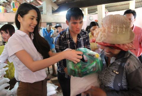 Chuyến đi từ thiện khởi hành từ 9h sáng và cả hai về lại nhà Thủy Tiên ở Kiên Giang vào hơn 21 giờ tối. Thấm mệt, nhưng mọi người đều rất vui.