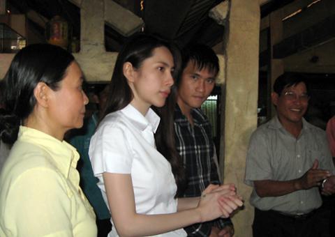 Mẹ Thủy Tiên (trái)