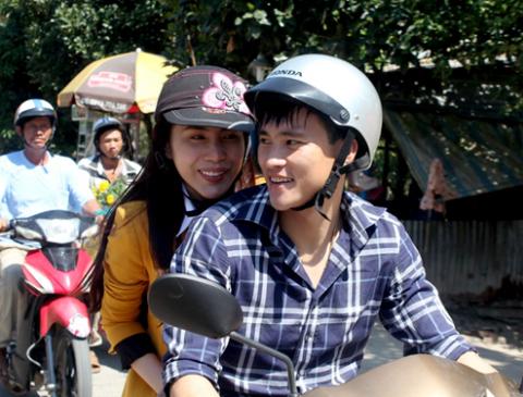 Trong lần về thăm quê của Thủy Tiên ở Kiên Giang, Công Vinh quyết định cùng vợ chưa cưới và mẹ của cô thực hiện chuyến từ thiện ở An Giang.