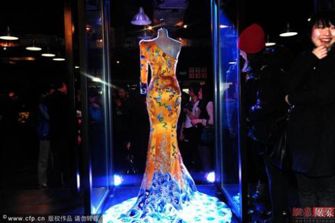 Bộ váy thứ hai đang được trưng bày tại trường đại học Thanh Hoa, Trung Quốc chờ ngày bàn giao. Ảnh: 163.