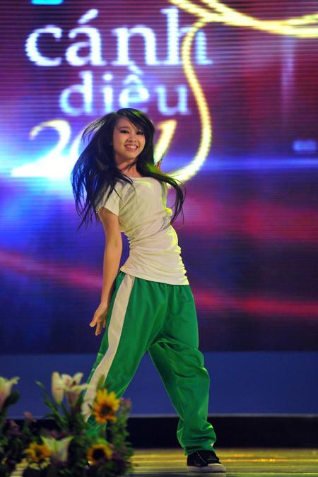 Quỳnh Hoa ăn mặc theo phong cách Hip Hop và biểu diễn vũ đạo khi lên sân khấu nhận giải