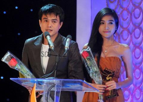 Cao Minh Đạt và Elly Trần nhận giải Nam và nữ diễn viên phim truyền hình xuất sắc. Ảnh: Hoàng Hà.