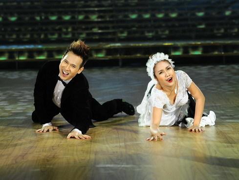 Nguyên Vũ, người giành giải ba cuộc thi năm ngoái, và MC Ốc Thanh Vân cống hiến cho người xem màn khiêu vũ Jive sôi động, hài hước giữa một cô hầu bàn và anh chàng thực khách quậy phá.