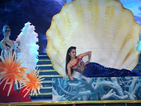 Trong đêm mở màn, nữ giám khảo Khánh Thy cũng phô diễn tài năng khiêu vũ kết hợp với ca hát. Chị hóa thành nàng tiên cá với thân hình bốc lửa.
