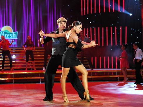 Hai vũ công của Top 3 Dancesport thế giới làm khách mời trong đêm mở màn.