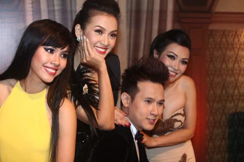 Trong khi đó, Á hậu Hoàng My, chân dài Anh Thư, MC Nguyên Vũ và ca sĩ Phương Thanh tranh thủ chụp ảnh kỉ niệm trước khi ra sân trình diễn.