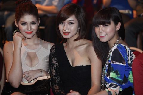 Chân dài Andrea diện đầm nude xẻ ngực quyến rũ đến dự đêm khai màn Bước nhảy hoàn vũ 2012 cùng 2 người bạn.