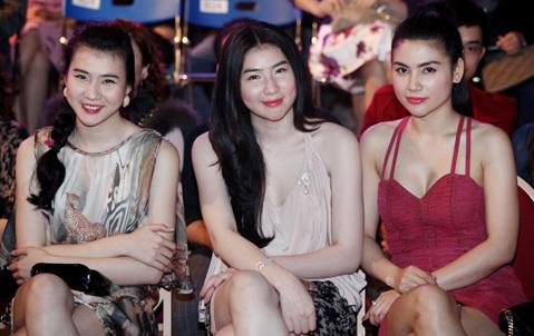 Cặp người mẫu sinh đôi Huyền Thư và Thư Huyền