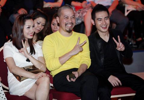Ca sĩ Ngọc Anh, nhà thiết kế Việt Hùng và ca sĩ Hoàng Hải cười rạng rỡ trước ống kính phóng viên.