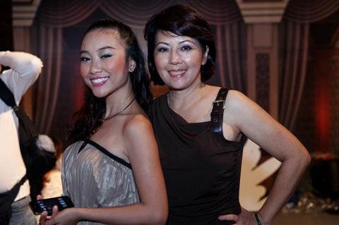 Làm MC mở màn trong đêm Bước nhảy hoàn vũ, Đoan Trang chọn trang phục khá an toàn sau nhiều lần gặp sự cố với váy áo. Cô đã hoàn thành tốt nhiệm vụ của mình.