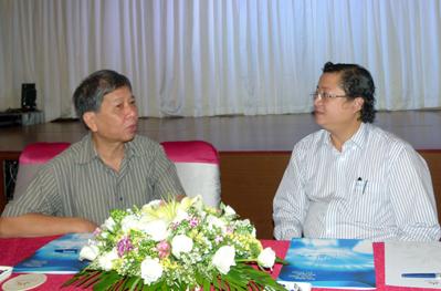 Nhà văn Nguyễn Huy Thiệp (trái) và ông Nguyễn Minh Nhựt, Giám đốc NXB Trẻ tại buổi ký tác quyền, sáng 23/3 ở TP HCM.