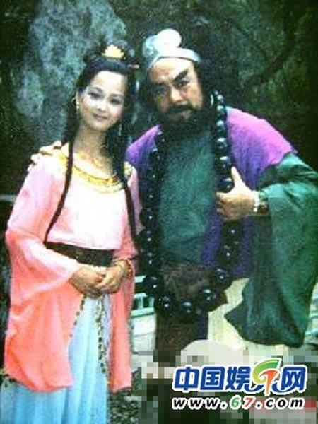 Nhà sư Sa Tăng chụp ảnh cùng yêu quái xinh đẹp.