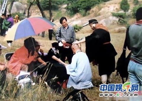 Để trả đũa, anh Trư cũng ra xoa đầu sư phụ Đường Tăng.