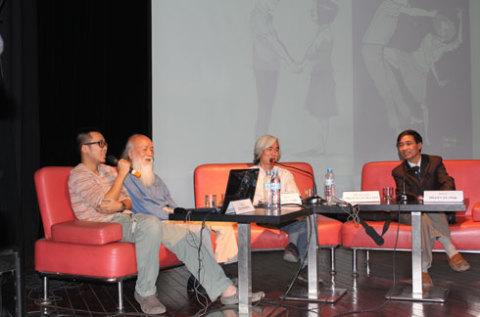 Từ trái qua: Họa sĩ Thành Phong, GS Văn Như Cương, nhà phê bình văn học Phạm Xuân Nguyên, PGS.TS Phạm Văn Tình.