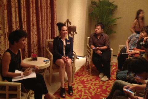 MC Thùy Minh (trái) giúp Tata Young trò chuyện với báo giới TP HCM tối 12/4.