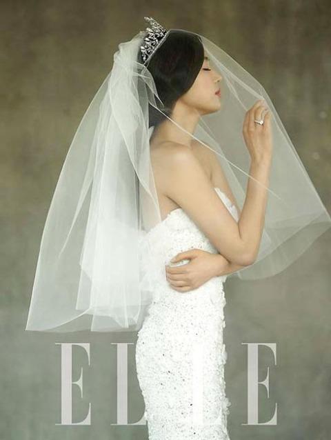 Bộ váy cưới chính thức được nữ diễn viên nổi tiếng tiết lộ trên tạp chí Elle. Ảnh: Elle.