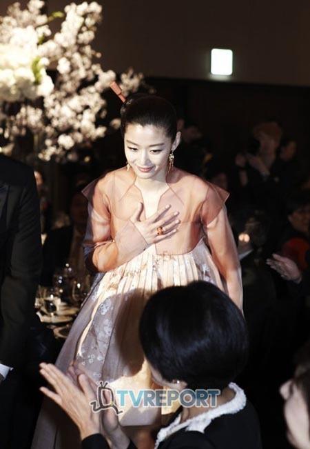 Hình ảnh hiếm hoi chụp được trong hôn lễ của Jeon Ji Hyun. Ảnh: