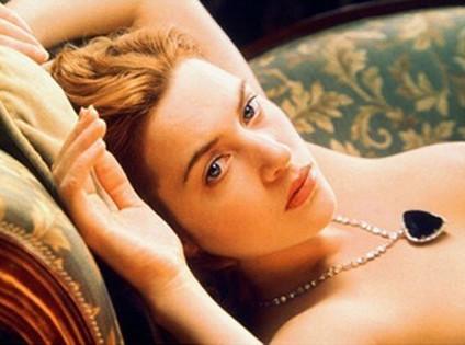 Cảnh nude của Kate bị cắt bỏ chỉ còn giữ đến ngực. Ảnh: Eonline.